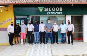 Diretores e colaboradores do Sicoob Credicope comemoram a reestruturação bem-sucedida da agência de São Geraldo do Baixio. Foto: Divulgação Sicoob Credicope